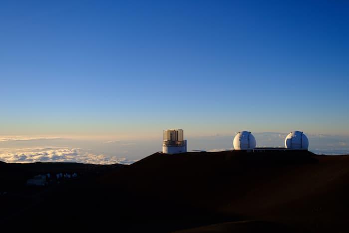 マウナケア山頂からみたすばる天文台